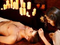 Klei gezichtsmasker in beauty spa. Stock Foto