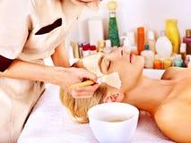 Klei gezichtsmasker in beauty spa. Stock Fotografie