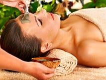 Klei gezichtsmasker in beauty spa. Royalty-vrije Stock Foto
