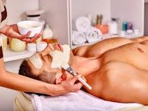 Klei gezichtsmasker in beauty spa Stock Afbeelding