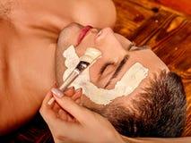 Klei gezichtsmasker in beauty spa Royalty-vrije Stock Fotografie