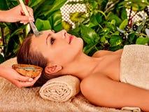 Klei gezichtsmasker in beauty spa Royalty-vrije Stock Foto's