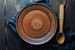 Klei lege plaat en houten lepel op houten hoogste mening als achtergrond stock afbeelding