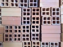 kleibakstenen voor bouw worden gebruikt die Stock Foto