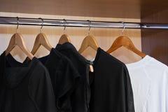 Kleid auf Aufhängern Stockfotografie