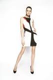 Kleid der Brunettefrau in Mode Stockbild