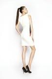 Kleid der Brunettefrau in Mode Stockfotos