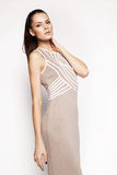 Kleid der Brunettefrau in Mode Stockfoto