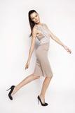 Kleid der Brunettefrau in Mode Lizenzfreie Stockfotografie
