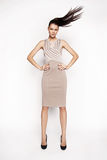Kleid der Brunettefrau in Mode Lizenzfreie Stockfotos
