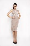 Kleid der Brunettefrau in Mode Stockbilder