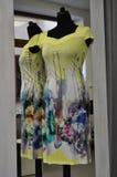 Kleid der gelben Frau Stockfotos