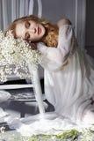 Kleid des weißen Lichtes des Mädchens und gelocktes Haar, Porträt der Frau mit Florida lizenzfreie stockfotos