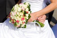 Kleid- und Blumenblumenstrauß Stockfotografie