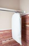 Kleidbeutel, der im Zederwandschrank hängt Stockbilder