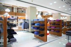Kleiden auf shelfs im Speicher Lizenzfreies Stockfoto