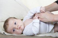 Kleiden eines Babys Stockfoto
