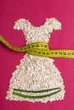 Kleiden Sie die Form, die vom Hafermehl mit messendem Band gemacht wird Stockfotografie