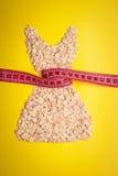 Kleiden Sie die Form, die vom Hafermehl mit messendem Band gemacht wird Stockbild