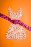 Kleiden Sie die Form, die vom Hafermehl mit messendem Band gemacht wird Lizenzfreie Stockbilder