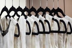 Kleider auf Aufhängungen Lizenzfreies Stockbild