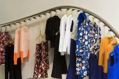 Kleider auf Aufhängungen Stockfotografie