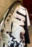 Kleider auf Aufhängungen lizenzfreie stockfotografie