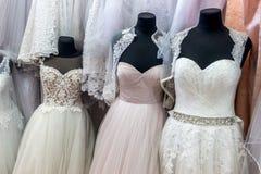 Kleider für Braut im Hochzeitssalon stockbilder