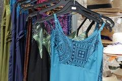 Kleider für Verkauf stockfotografie