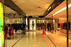Kleider im Kaufhaus Lizenzfreies Stockbild