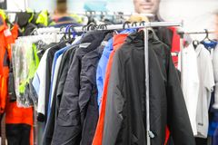 Kleider im Shop lizenzfreie stockfotografie
