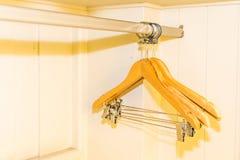 Kleiderb?gel im Wandschrank lizenzfreies stockfoto