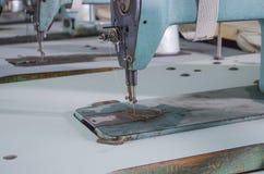 Kleiderfabrik mit der alten Ausrüstung lizenzfreies stockbild