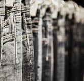 Kleidergestell mit klassischen Jeans schließen herauf Schuss Stockfoto