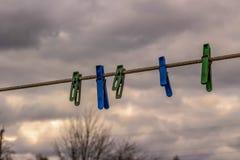Kleiderhaken auf einem dunklen Hintergrund Lizenzfreie Stockfotografie