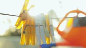 Kleiderhaken mit Sonnenblendenfleck stock video footage
