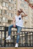Kleidet hübscher blonder Mannkerl des Hippies im stilvollen Sommer in der Straße Stockfotografie
