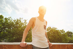 Kleidet hübscher blonder Mannkerl des Hippies im stilvollen Sommer in der Straße Lizenzfreies Stockbild