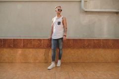 Kleidet hübscher blonder Mannkerl des Hippies im stilvollen Sommer in der Straße Lizenzfreies Stockfoto