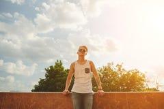 Kleidet hübscher blonder Mannkerl des Hippies im stilvollen Sommer in der Straße Stockfoto