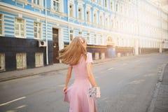 Kleidete modern Frau auf den Straßen einer Kleinstadt, Einkaufskonzept lizenzfreie stockfotos