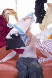 Kleidung überall zerstreut Stockbild