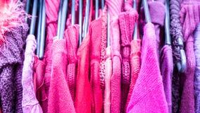 Kleidung auf Aufhänger an der modernen Shopboutique Lizenzfreie Stockfotos