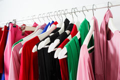 Kleidung auf Aufhänger an der modernen Shopboutique Lizenzfreie Stockfotografie