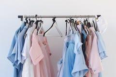 Kleidung auf Aufhängern Lizenzfreies Stockbild