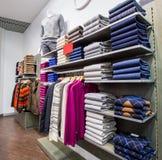 Kleidung auf Aufhängern im Shop lizenzfreies stockfoto