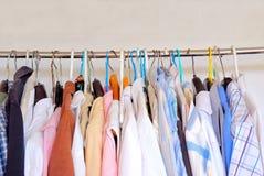 Kleidung auf Aufhängungen Lizenzfreies Stockfoto