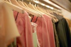 Kleidung auf Aufhängungen Stockfotografie