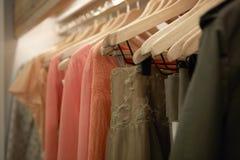 Kleidung auf Aufhängungen Lizenzfreies Stockbild