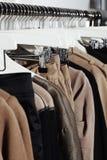 Kleidung auf Aufhängungen Lizenzfreie Stockbilder